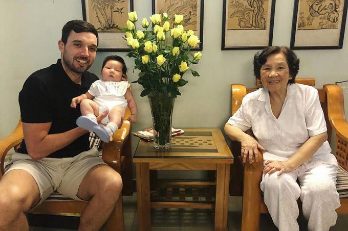 Sau chuyến nghỉ dưỡng ở resort cao cấp tại Đà Nẵng để kỷ niệm 2 năm ngày cưới, vợ chồng Hà Anh đã đưa con gái nhỏ ra Hà Nội để thăm gia đình bên ngoại. Siêu mẫu cũng tranh thủlàm giấy khai sinh, hộ chiếu cho con gái đầu lòng tại thủ đô.