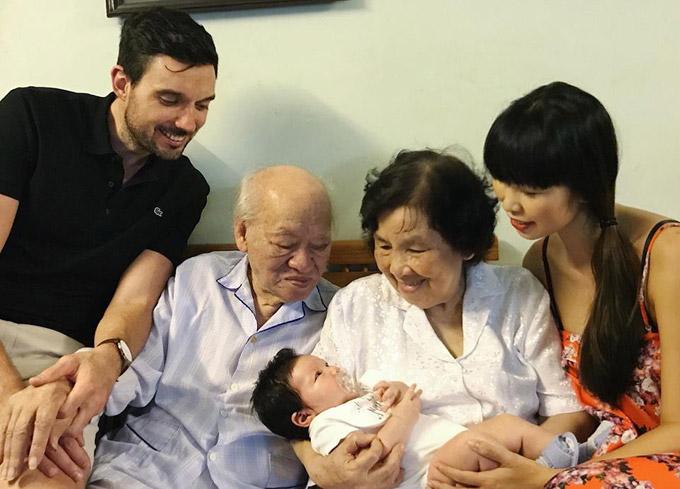 Ông bà của Hà Anh - nhà văn Vũ Tú Nam và nhà văn/nhà báo Thanh Hương, không giấu được niềm vui khi lần đầu gặp chắt ngoại.