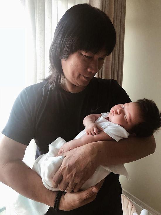 Bố đẻ của siêu mẫu - NSƯT Vũ Huysay sưa ngắm cháu ngoại ngủ say.