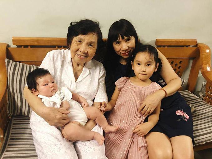 Những người thân trong đại gia đình của Hà Anh đều hạnh phúc khi gặp bé Myla.