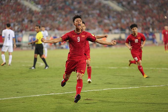 Phút 80, tiền vệ SLNA có pha xử lý gọn gàng từ đường chuyền của Đức Huyrồidứt điểm tinh tế tung lưới U23Uzbekistangỡ hòa 1-1 cho đội Olympic Việt Nam.