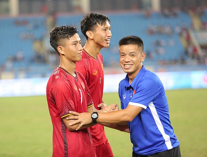 Văn Đức nhận được sự chúc mừng của thành viên ban huấn luyện sau khi trận đấu kết thúc. HLV Park Hang-seo đánh giá Văn Đức là cầu thủ rất quan trọng của Olympic Việt Nam.
