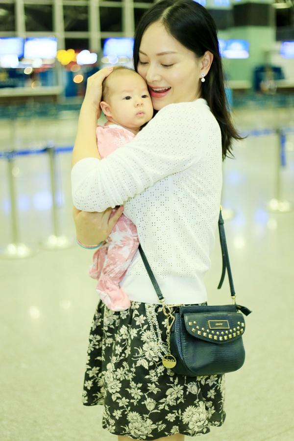 Chào đời được vài tuần tuổi, bé đã được bố mẹ đưa đi ăn nhà hàng cùng hoặc theo mẹ đi làm. Khi hơn 1tháng tuổi, Lina được mẹ đưa sang Anh để đoàn tụ với bố và thăm gia đình bên nội. Lan Phương cho biết, con gái không hề quấy khóc trong suốt chuyến bay khéo dài 12 tiếng.