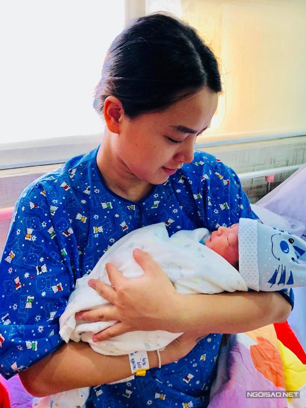 Ngày 17/7, Hải Băng cũng đón tin vui khi con trai chào đời. Đây là trái ngọt thứ hai trong cuộc hôn nhân của cô và diễn viên Thành Đạt. Cậu bé được đặt tên ở nhà là Koi và có nhiều nét giống bố.