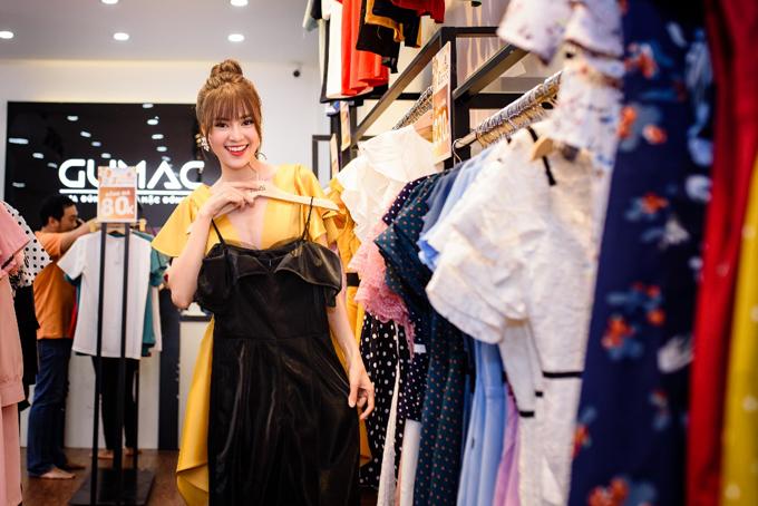 Sáng nay, chương trình tri ân khách hàng mừng sinh nhật tròn 3 tuổi của hãng thời trang GUMACdiễn ra đồng loạt tại hệ thống 45 cửa hàng trên toàn quốc. Không chỉ các khách hàng thông thường, nhiều người nổi tiếng cũng tham gia sự kiện này như diễn viên Lan Ngọc, ca sĩ Ái Phương...