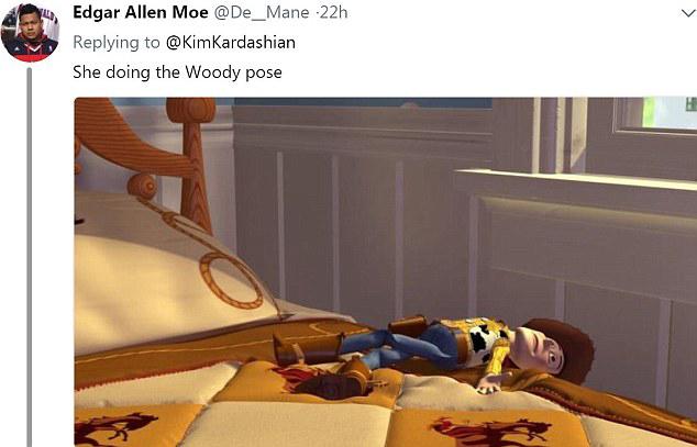 Cô ấy đang pose hình như Woody (trong Toy Story), một người nhận xét.