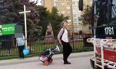 Con rơi của Thành Long nhặt rác kiếm sống ở Canada
