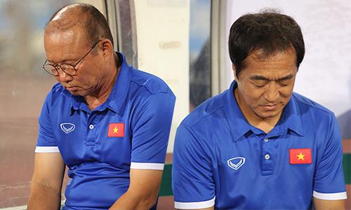 HLV Park Hang-seo và trợ lý 'ngủ' khi trận đấu chuẩn bị bắt đầu