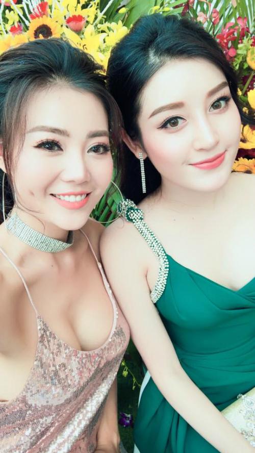 Diễn viên Thanh Hương Người phán xử mặc áo hai dây khoe vòng 1 nóng bỏng khi tham dự một sự kiện cùng Á hậu Huyền My.