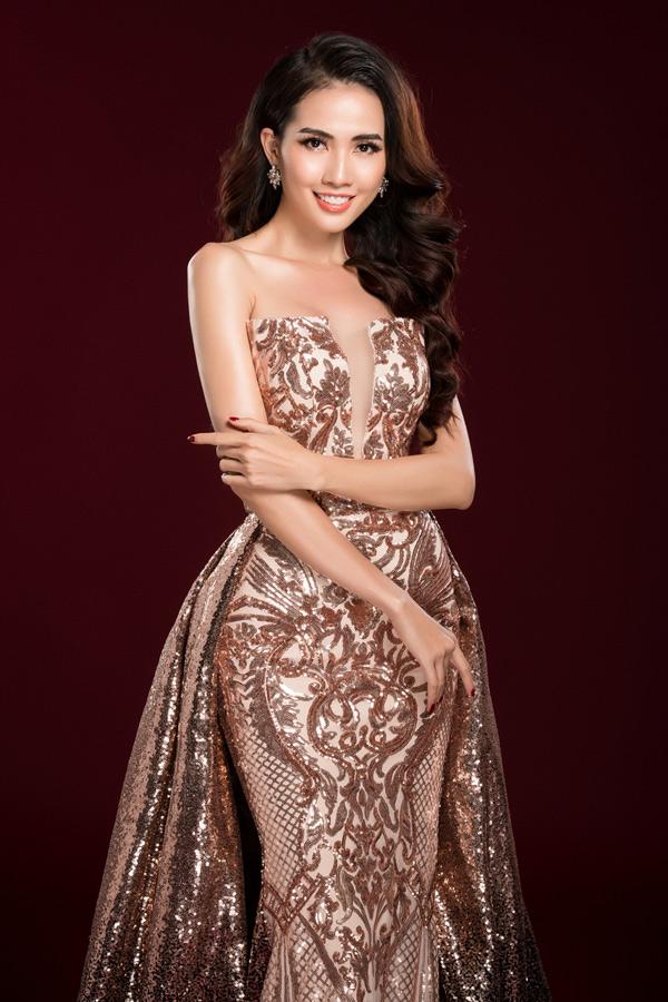 Trước khi lên đường sang xứ chùa vàng, Phan Thị Mơ thực hiện bộ ảnh với 3 chiếc váy dạ hội cô chuẩn bị mang đi thi.