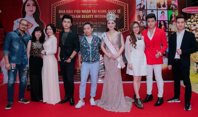 Ca sĩ Bạch Lan (thứ hai từ trái qua), Dương Hiếu Nghĩa (thứ tư từ trái qua) cũng dự event này.