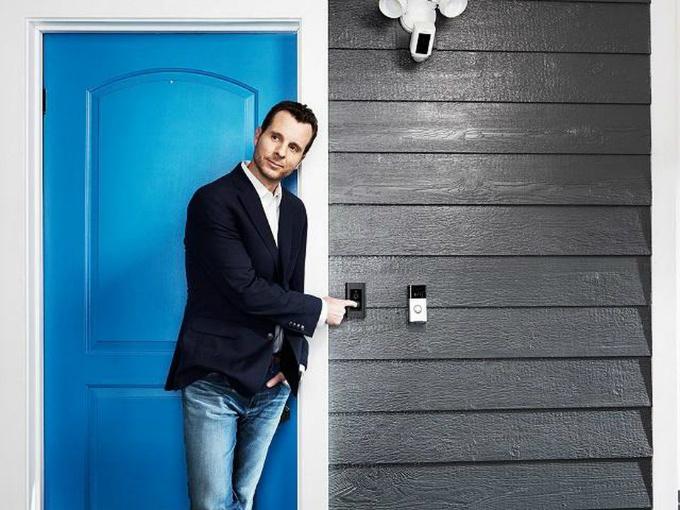 Jamie Siminoff làm chuông cửa kết nối video tới smartphonesau khi không nghe đượcvợ bấm chuông.Ảnh: Forbes.