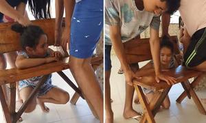 Cả gia đình loay hoay giải cứu bé gái bị mắc kẹt ở ghế gỗ
