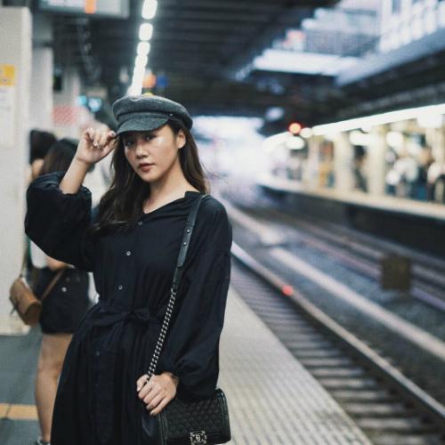 Văn Mai Hương tạo dáng pose hình khi du lịch ở Nhật.