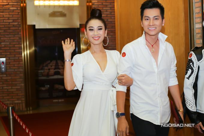Lâm Khánh Chi được chồng trẻ tháp tùng đi sự kiện, tối 8/8.