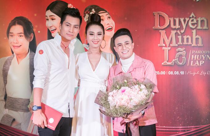 Vợ chồng Lâm Khánh Chi mừng diễn viên hài Huỳnh Lập ra mắt MV Duyên mình lỡ phiên bản parody. Nữ ca sĩ đóng một phân đoạn nhỏ trong sản phẩm này.