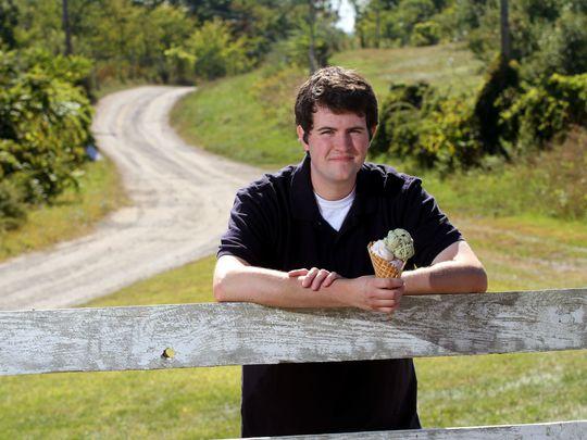 Jake Hunt bán kem trong nông trại Windy Brow của gia đình ở bang New Jersey, Mỹ. Ảnh:Daily Record.