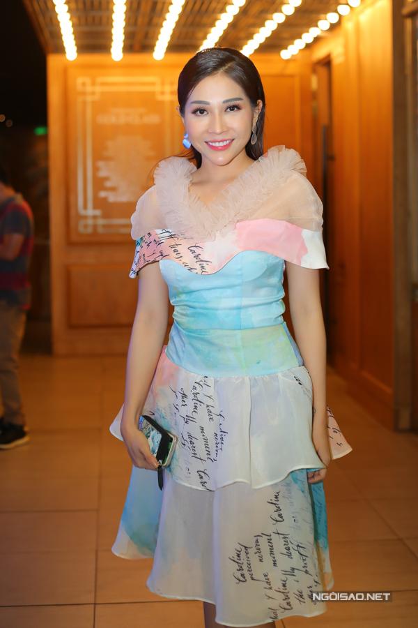 Diễn viên Khả Như mặc điệu đà đi sự kiện tại TP HCM.