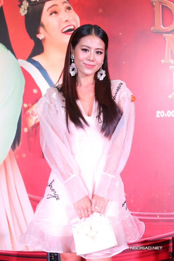 Kiều nữ làng hài Nam Thư đến mừng đồng nghiệp ra sản phẩm mới.