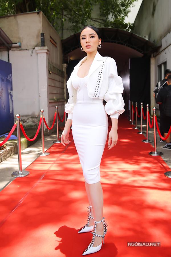 Hoa hậu VN 2014 chọn váy cắt cúp ngực giúp mình khoe vẻ đẹp khi đi chấm thi.
