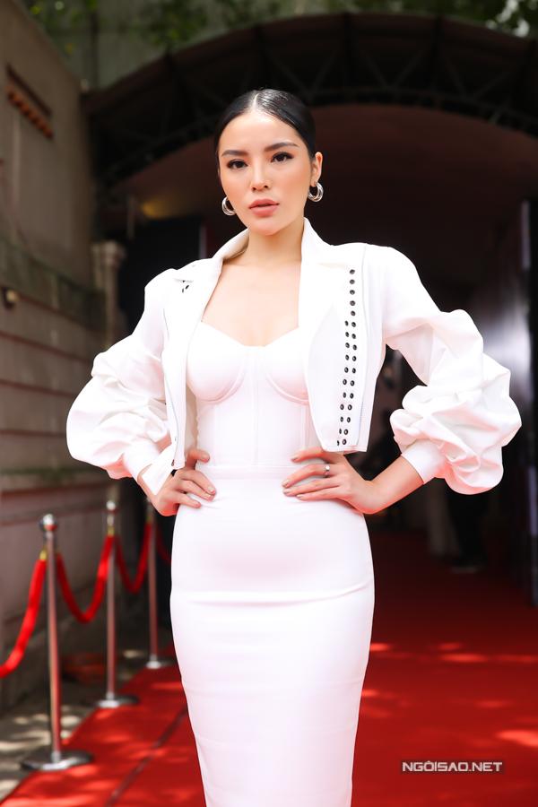 Áo tay bồng hợp trend được chọn lựa để phối hợp đồng điệu cùng mẫu váy quây trắng.