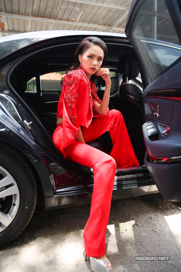 Hương Giang cũng sang chảnh không kém khi đi xế hộp tiền tỷ đến tuyển chọn người mẫu.
