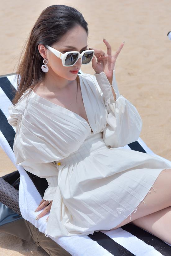 Trang phục của hoa hậu chuyển giới Hương Giang là các sản phẩm mới của hai nhà thiết kế Chung Thanh Phong và Lâm Gia Khang.