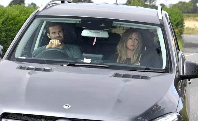 Juan Mata được bà xã Evelina đưa đến sân tập.