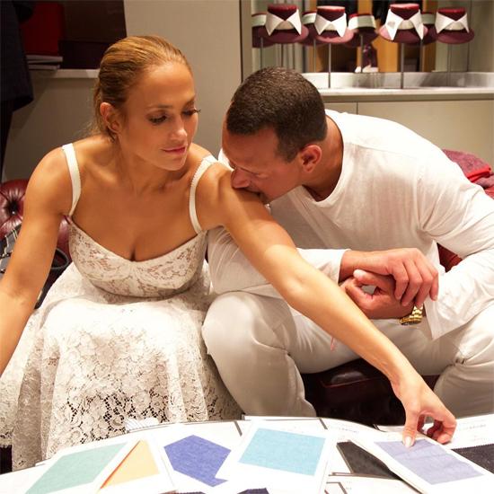 Jennifer Lopez và bạn trai đang trải qua chuyến du lịch ở Capri, Italy. Để con cái ở nhà (J.Lo và Alex Rodriguez đều có hai con riêng), cặp sao tận hưởng những phút giây riêng tư mặn nồng bên nhau. Giọng ca On the Floor diện chiếc váy ren Dolce & Gabbana trẻ trung và gợi cảm khiến bạn trai không thể ngừng để mắt tới cô.