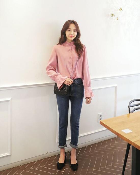 Áo tay loe hot trend ở mùa hè vẫn được các fashionista châu Á lăng xê. Bởi áo theo phong cách cổ điển cũng dễ dàng phối đồ mùa thu.