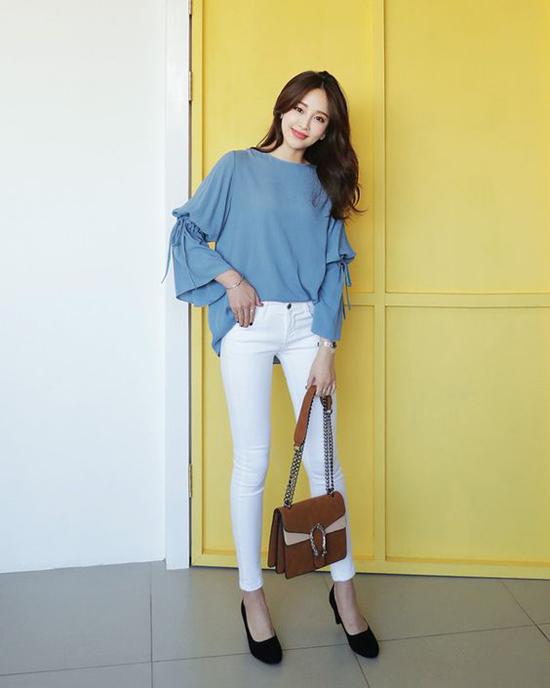 Không cần diện các mẫu váy cầu kỳ, áo blouse vẫn có thể giúp phái đẹp xây dựng hình ảnh duyên dáng khi đi làm.