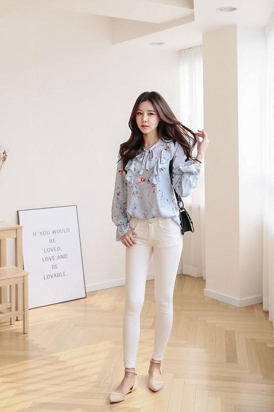 Quàn jeans dáng ôm, quần jeans kiểu dáng đơn giản, phụ kiện thanh nhã thường được phái đẹp chọn lựa để mix cùng áo cầu kỳ về chi tiết.