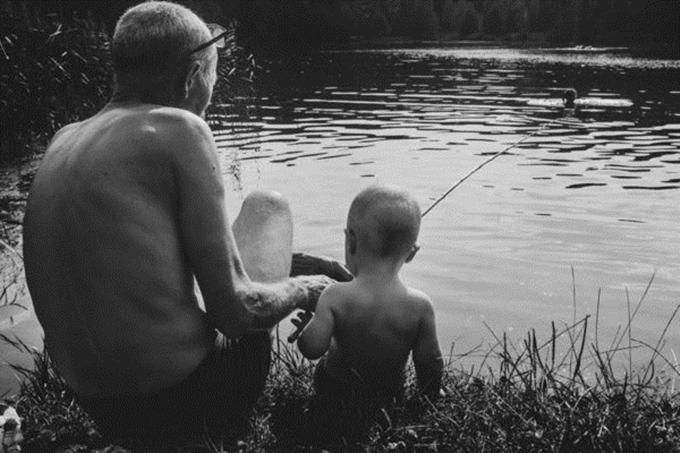Alina Gabrel-Kamińska, nhiếp ảnh gia người Ba Lan, chưa từng chứng kiến sự trìu mến của cha mình dành cho cô lúc còn nhỏ.