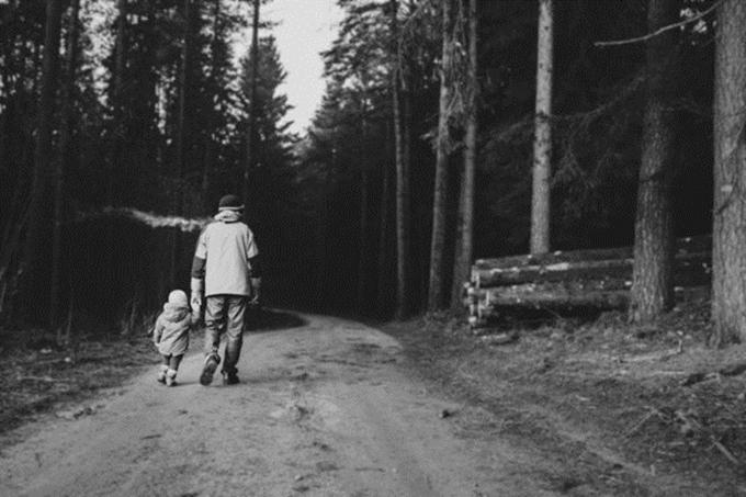 Cung cấp tài chính là điều duy nhất cha của Alina làm để thực hiện nghĩa vụ với gia đình.