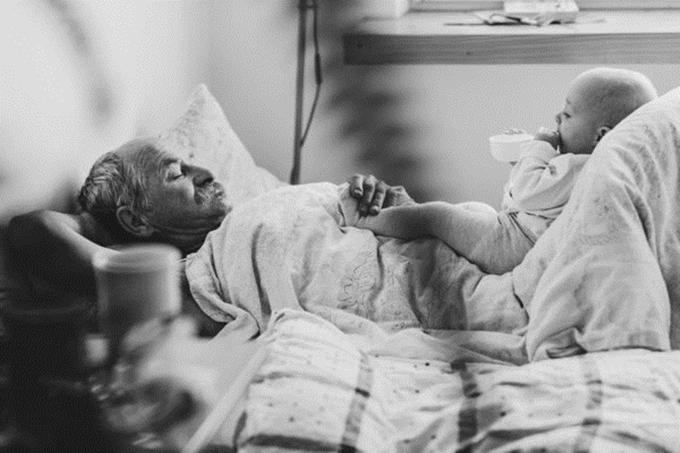 Nhiếp ảnh gia người Ba Lan quyết định ghi lại những khoảnh khắc này và sắp xếp chúng theo dòng thời gian để người xem cảm nhận thấy sự dịu dàng của người cha khi trở thành ông ngoại.