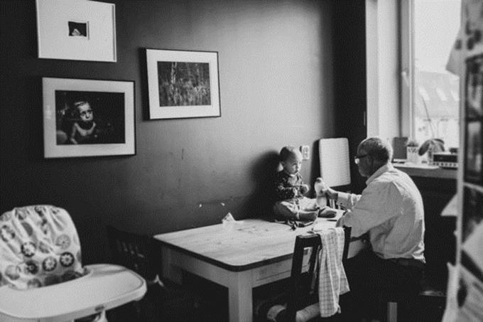 Những khung hình đen trắng qua góc máy của bà mẹ hai con tạo cảm giác giản dị, thân thuộc.
