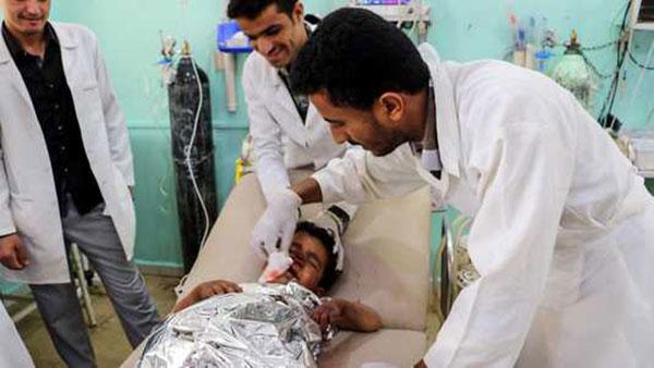 Một cậu bé được điều trị tại bệnh viện Saada sau cuộc không kích. Ảnh: AFP.