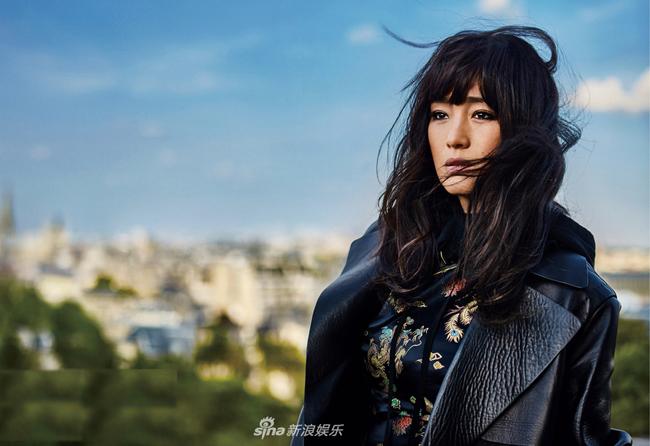 Củng Lợi xuất hiện trên tạp chí Marie Claire số tháng 8 với nhan sắc khiến nhiều người ngỡ ngàng: cô gầy thon thả, kiểu tóc mới khiến ngôi sao gốc Hoa trẻ hơn cả chục tuổi. Bộ ảnh được thực hiện trên những góc phố, ban công... ở Paris hoa lệ.