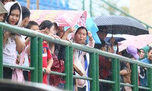 Fan đội mưa xem Olympic Việt Nam tập luyện ở Bình Dương