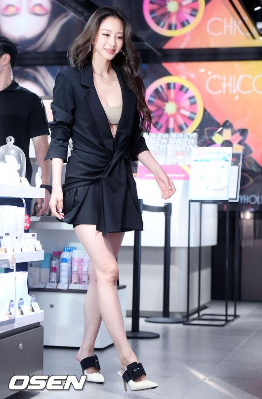 Han Ye Seul trở lại khỏe khoắn, rạng rỡ sau thời gian nằm nhà điều trị vì phẫu thuật u. Hôm 9/8, cô dự sự kiện do một thương hiệu tổ chức tại Gangnam. Nữ diễn viên mặc trang phục gợi cảm, khoe đôi chân thon, ngực đầy quyến rũ.