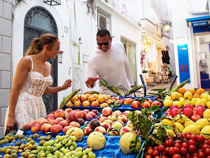 Hai người dạo quanh Capri - hòn đảo du lịch đẹp bậc nhất ở châu Âu và thưởng thức những đặc sản địa phương.
