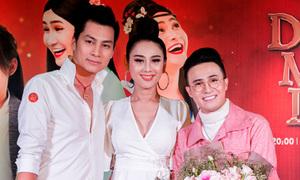 Vợ chồng Lâm Khánh Chi tay trong tay tới chúc mừng Huỳnh Lập