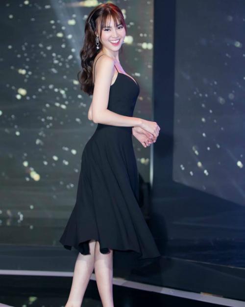 Ninh Dương Lan Ngọc diện váy 2 dây khoe vòng 1 đầy đặn.