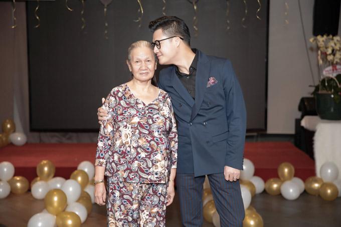 Niềm vui khác của giọng ca Còn ta với nồng nàn là mẹ ruột anh đã chịu vào Sài Gòn sống cùng anh. Từ khi anh bước chân vào con đường nghệ thuật và gặt hái nhiều thành công, bà vẫn chọn ởQuy Nhơn.