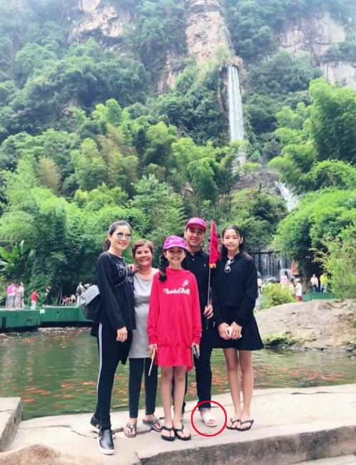 Đi du lịch nước ngoài cùng vợ con, Quyền Linh vẫn giản dị với đôi dép tổ ong suốt cả hành trình.