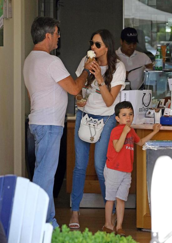 Sở hữu tài sản hơn 500 triệu USD và là một trong những người quyền lực nhất showbiz vậy nhưng Simon Cowell vẫn là một người đàn ông giản dị và yêu thương, săn sóc bạn gái hết mực. Paparazzi nhiều lần bắt gặp ngôi sao 58 tuổi bón đồ ăn cho Lauren Silverman trên phố. Trong khi con trai 4 tuổi đứng bên chờ đợi, Simon quay sang Lauren đưa kem để cô nếm luôn tại quầy thu tiền.