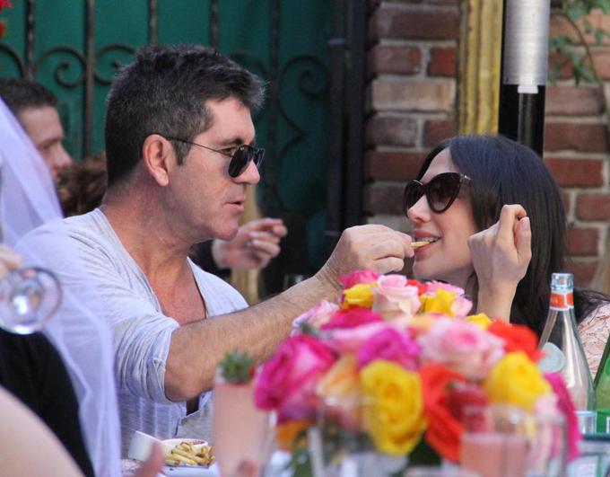Tại một nhà hàng sang trọng ở Beverly Hills rất đông thực khách, Laura rất hạnh phúc khi được bạn trai bón cho miếng khoai tây chiên.
