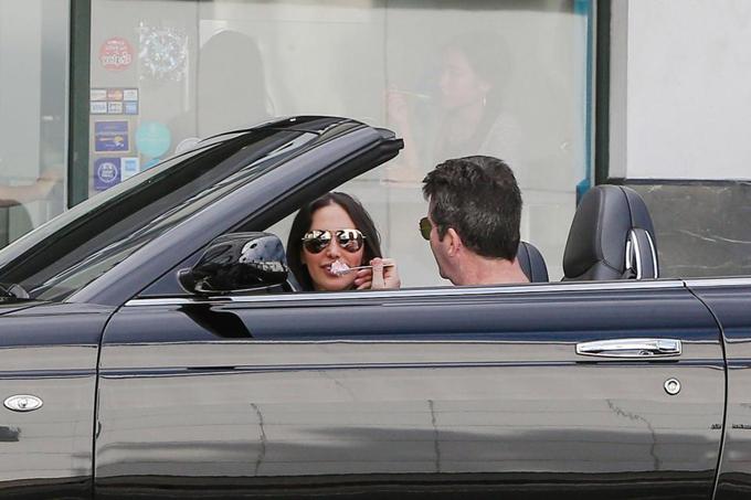 Không phải ai cũng sẵn sàng xúc từng thìa kem trên chiếc xe siêu sang bóng lộn như thế này nhưng Simon Cowell chẳng ngại ngần điều đó vì người yêu.