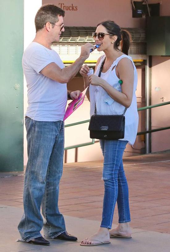 Trong khi đi dạo ở Santa Monica, California, Simon giục Lauren thử miếng chocolate của anh.