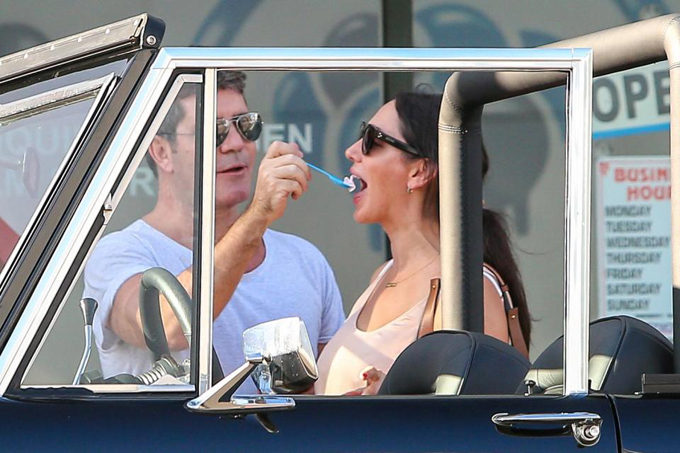 Trong một lần khác, Simon lái xe jeep chở Lauren tới cửa hàng kem nổi tiếng ở Beverly Hills, Los Angeles. Vị giám khảo quyền lực của chương trình Got Talent và X-Factor Anh - Mỹ trông rất háo hức và vui sướng khi chăm sóc bạn gái.